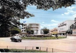 CENTRAFRIQUE - BANGUI : Place De La République ( Automobile FORD ? ) CPSM GF 1968 - Afrique Noire - Black Africa - Central African Republic