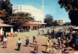 CENTRAFRIQUE - BANGUI : Avenue De L'Indépendance (animation) - CPSM GF 1981 - Afrique Noire - Black Africa - Centrafricaine (République)
