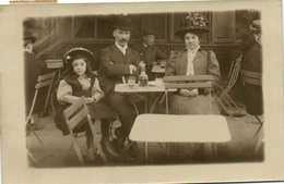 Carte Photo  Couple Et Fillette à La Table D'un Café Voir Le Beau Chapeau De Madame !RV - Photographie