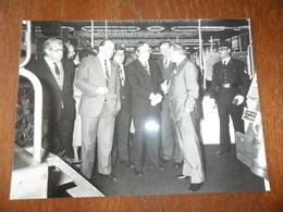 ANC. PHOTO PRESSE / ANCIEN PREMIER MINISTRE BELGE Mr MAERTENS / VISITE AU  S.I.A. BRUX  1984 - Célébrités