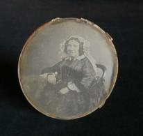 ( Photographie ) DAGUERREOTYPE Original Oval  Vieille Femme Réhauts Couleurs 1850 - Photos