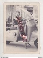 Enfant Sur Scooter Années 50 à Identifier Moto Ancienne - Other