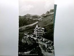 Hotel Klausenpasshöhe. AK S/w. Gebäudeansicht, Parkplatz Mit Vielen Autos, Bus Und Personen, Aussichtspunkt, G - Schweiz