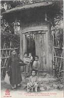 ANNAM: HUE - FEMME ET ENFANTS A L'ENTREE DE LEUR HABITATION - Vietnam
