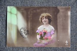 Fillette à La Robe Rose. - Portraits