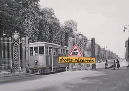 La Motrice N°56 Du Tramway De Versailles (78) Franchit La Grille De La Reine - - Tramways