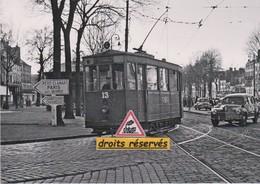 La Motrice N°13 Du Tramway De Versailles (78) évolue Sur La Ligne C - - Tramways