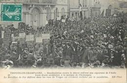 TROYES EN CHAMPAGNE MANIFESTATION CONTRE LE DECRET RETIRANT AUX VIGNERONS DE L'AUBE LEURS DROITS SECULAIRES 10 - Troyes