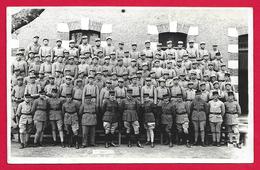 Carte Photo Militaria - Cliché Extérieur D'un Groupe De Militaires - Insignes Régimentaires 4 Sur Les Tenues D'uniforme - Régiments