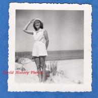 Photo Ancienne Snapshot - VIEUX BOUCAU - Beau Portrait  Jeune Fille Sur La Plage Dos à La Mer - 1949 - Girl Pose Mode - Pin-Ups