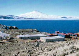 1 AK Antarktis * Die Italienische Forschungsstation Mario Zuchelli Im Victoria Land Und Der Vulkan Mt. Melbourne * - Ansichtskarten