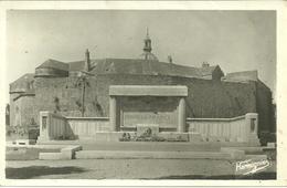 CPA 62 BOULOGNE SUR MER / LE MONUMENT AUX MORTS ET LE CHATEAU - Boulogne Sur Mer