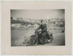 Soldat Sur Une Moto Peugeot . Granville . - Guerre, Militaire