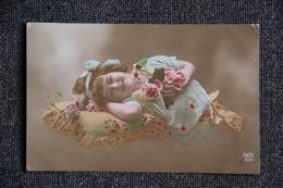 Petite Fille Couchée Sur Un Coussin - Portraits