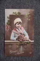Petit Garçon Habillé D'une Tunique Et Au Bonnet Blanc - Portraits