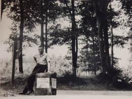 Photo D'un Homme Assis Sur Le Pilier De Direction Vers Ebersteinburg En Allemagne. - Places