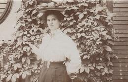 JUNGE HÜBSCHE DAME MIT HUT - Fotokarte 1907 - Frauen
