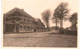 BOIS-SEIGNEUR-ISAAC  La Rue Du Village Qui Mêne à L'abbaye .derrière L' Hôtel Se Trouve L' école Des Soeurs. - Belgique