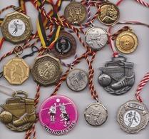 Réunion De 14 Médailles Sportives  Volley & Football - Autres Collections