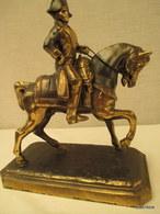 Napoleon A Cheval - Régule -  Signé Ch. Ruchol - Françe  -  Haut. 20 Cm Sur 17 Cm - Poids1 Kg 400 - Armes Neutralisées