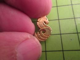 1518B Pin's Pins / Rare Et De Belle Qualité / THEME ANIMAUX : MINI PIN'S METAL JAUNE CHEVAL DE MER MARQUE BENETTEAU - Animali