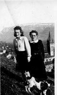 VINAY  13 FEVRIER 1945 -DEUX FEMMES ET UN CHIEN SURPLOMBENT L'EGLISE - Places