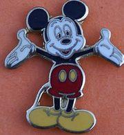 GG 23.........MICKEY........ Signé DISNEY  Au Dos .........   PETIT PIN'S - Disney