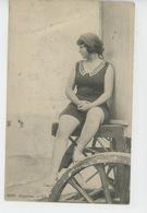 FEMMES - MODE - BAINS DE MER - Jolie Carte Baigneuse Assise Sur Roulotte Au Bord De L'eau - Moda