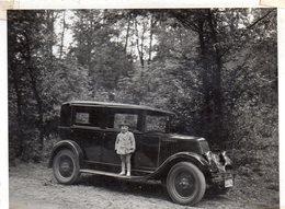 Photo Voiture Ancienne En Forêt Avec Un Enfant (Renault ?) - Automobile