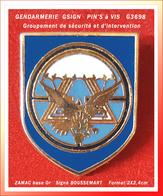 SUPER PIN'S à VIS GENDARMERIE : Groupement De Sécurité Et D'intervention GSIGN En ZAMAC Or, Signé  BOUSSEMART 2X2,4cm - Army