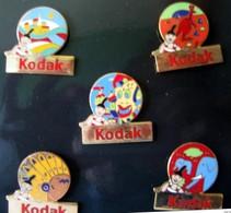 Coffret Complet (5 Pins)  KODAK Toutes Les Couleurs Du Monde - Badges