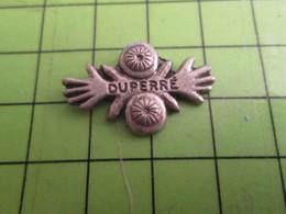 1518c Pin's Pins / Rare Et De Belle Qualité / THEME AUTRES : TRUC ETRANGE AVEC DES MAINS DUPERRé Mais Pas Annie - Pin's