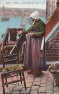 AP16 Pecheuse, Le Sechage Des Lignes - LL Postcard - Fishing
