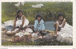 POSTAL DE PANAMA DE NIÑAS NATURALES DE PANAMA LAVANDO ROPA (L. MADURO) - Panamá