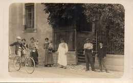 Famille Prenant La Pose - Enfant Sur Un Vélo - CARTE PHOTO - Moda