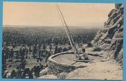 PUEBLO INDIAN EMERGING FROM KIVA - Cliff Ruins - Puye - New Mexico - Etats-Unis