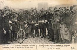 GUERRE 1914- 1918  WW1  Officiers Français Rapportant Des Casques D' Officiers   ... - Guerre 1914-18