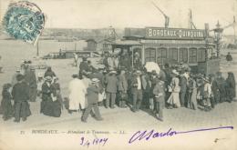 33 BORDEAUX / Attendant Le Tramway / - Bordeaux