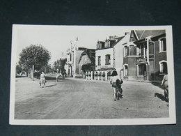 AGON COUTAINVILLE   / ARDT  Coutances   1950  /   VUE   PLACE DE LA GARE    ... EDITEUR - Autres Communes