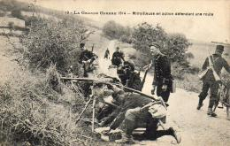 GUERRE 1914- 1918  WW1  Mitrailleuse En Action Défendant Une Route  ... - Guerre 1914-18