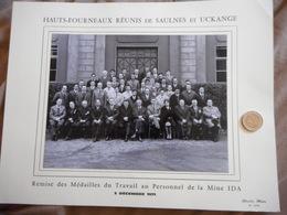 PHOTOGRAPHIE ANCIENNE, LORRAINE, HAUTS FOURNEAUX DE SAULNES ET UCKANGE, 1971, MINE IDA, REMISE MEDAILLES AU PERSONNEL - Albums & Collections
