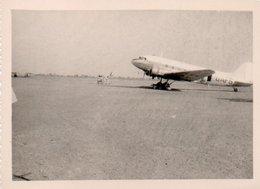 810Mé   Photo N°4 Cote D'Ivoire Abidjan Aeroport Avion Militaires Au Pas Années 50 - Côte-d'Ivoire