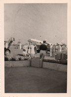 810Mé   Photo N°8 Cote D'Ivoire Abidjan Aeroport Avion Passagers En Attente Années 50 - Côte-d'Ivoire