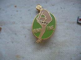 Pin's Pin Up En Train De Retirer Sa Culotte: Hump Time (temps De Bosser) - Pin-Ups