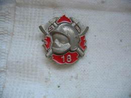 Pin's Des Pompiers, Casque Haches, Marteau, N°18 à Composer - Brandweerman