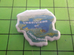 1118c Pin's Pins / Rare Et De Belle Qualité / THEME VILLES : VASSIVIERE EN LIMOUSIN SON LAC PLEIN D'EAU - Cities