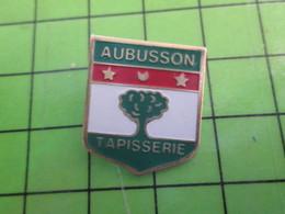 1118c Pin's Pins / Rare Et De Belle Qualité / THEME VILLES : BLASON ECUSSON ARMOIRIES AUBUSSON TAPISSERIE - Cities