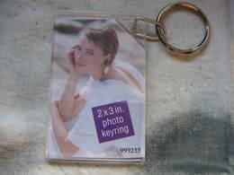 Porte Clés Avec Cadre En Plastic Pouvant Contenir 1 Ou 2 Photos De 50x75mm - Llaveros