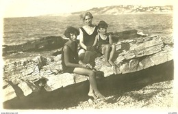 A Identifier. Cpa Photo D'une Mère Avec Ses Deux Enfants Sur Les Rochers De La Reserve à Ciboure. - To Identify