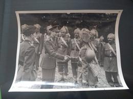 KING AND QUEEN VISIT INDIAN TROOPS DERBYSHIRE INDIAN OFFICERS  FOTO DE PRESSE Brian L Davis Archive - Oorlog, Militair